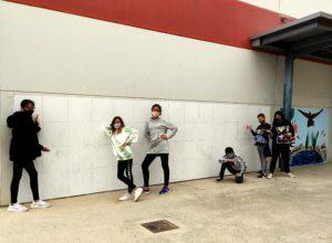 Alumnat posa satisfet deprés d'acabar el quadriculat del mural a la paret del gimnàs. el gimnàs