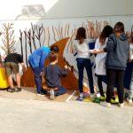 El mural a la paret del gimnàs de l'escola avança
